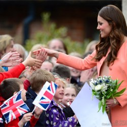 Kate looks peachy for children's hospice visit + a few other tidbits [updated]