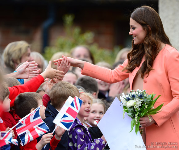 Kate looks peachy for children's hospice visit