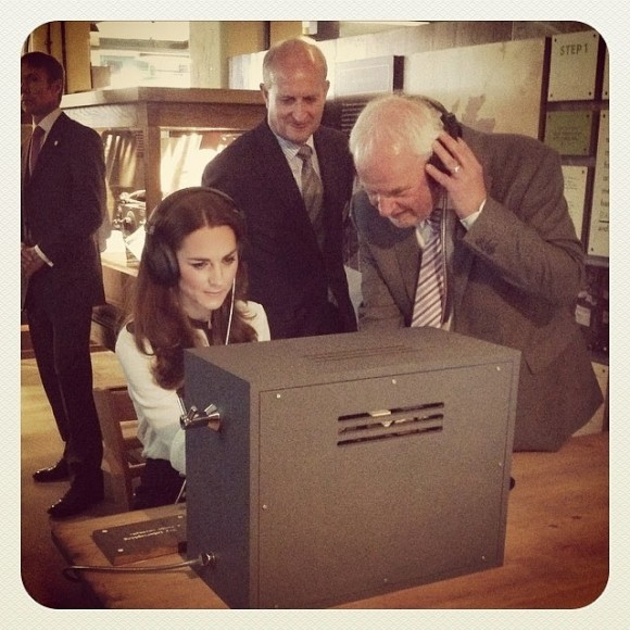deciphers a morse code message using a replica radio that was used at Bletchley Park during #WWII
