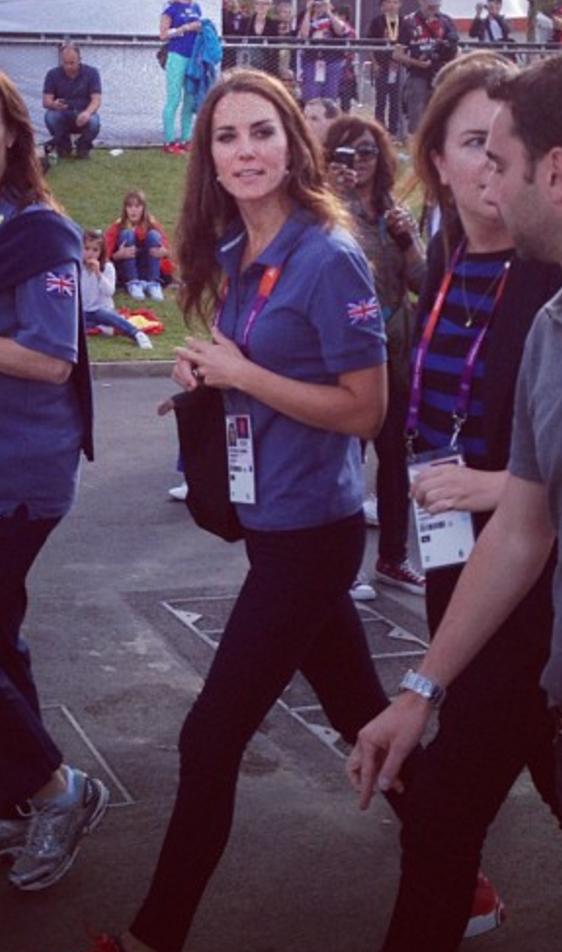 Kate carries her longchamp le pliage bag