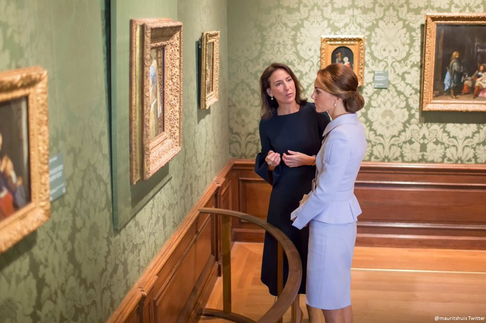 Kate Middleton views the Girl with a Pearl Earring painting at the Mauritshuis museum
