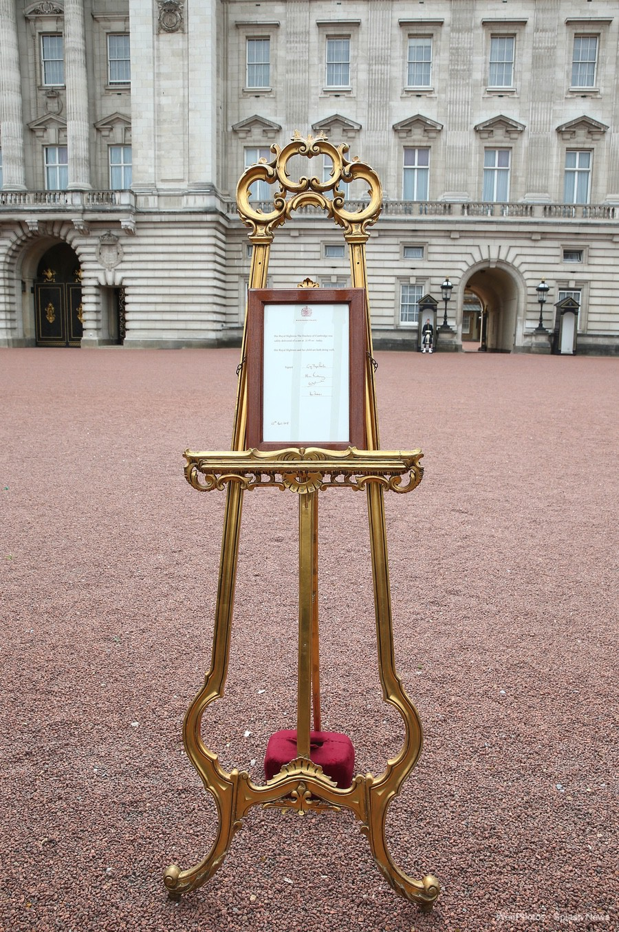 Royal Baby annoucement outside of Buckingham Palace